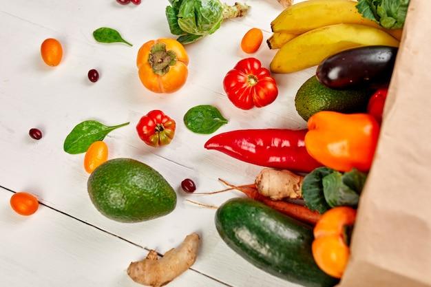 Плоская бумажная сумка для покупок с ассортиментом свежих овощей и фруктов