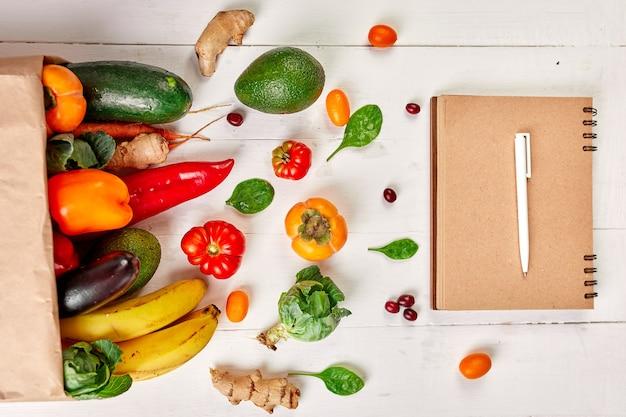 Плоская бумажная сумка для покупок с ассортиментом свежих овощей