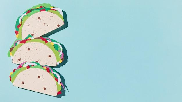 Tacos di carta piatti laici su sfondo blu