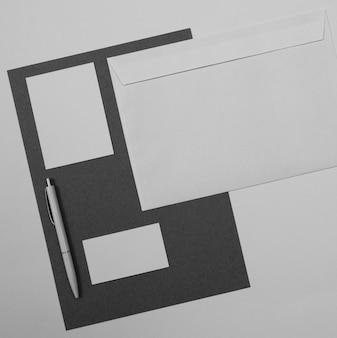 평평한 펜과 봉투 배열