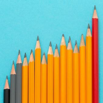 青い背景にフラットレイ鉛筆