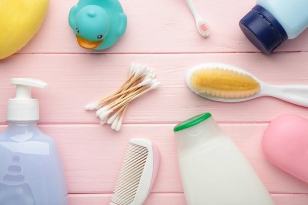 フラットレイ写真赤ちゃんのもの。スポンジ、石鹸、シャワージェル、ラバーダック、ピンクのコーム。トップビューベビー化粧品