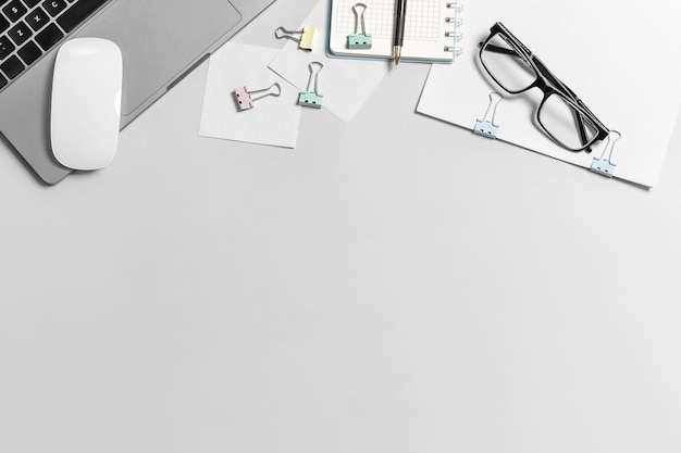 自宅/オフィスの職場のフラットレイ写真。