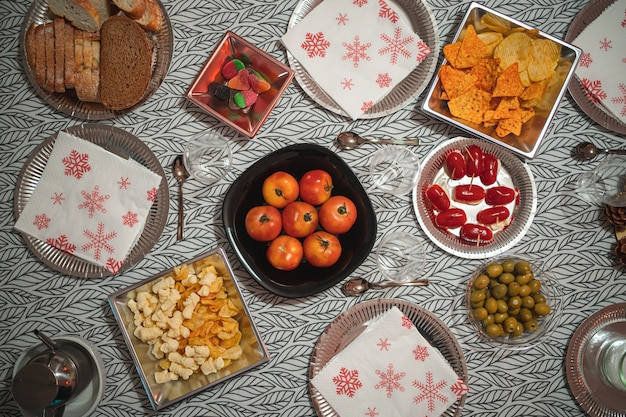 テーブルクロスでテーブルにメッキされた静止食品のフラットレイ写真