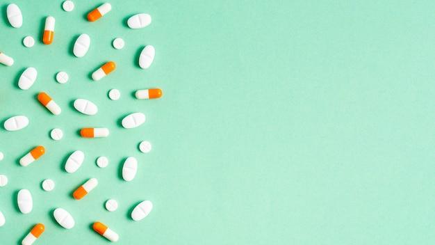 Плоские лежал таблетки кадр на зеленом фоне