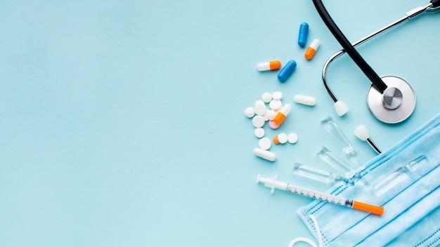 Плоские лежал таблетки и шприц с копией пространства
