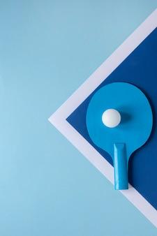 Lay piatto di pallina da ping pong e pagaia