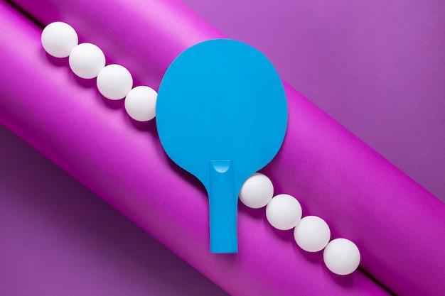 Lay piatto di palline da ping pong e pagaia
