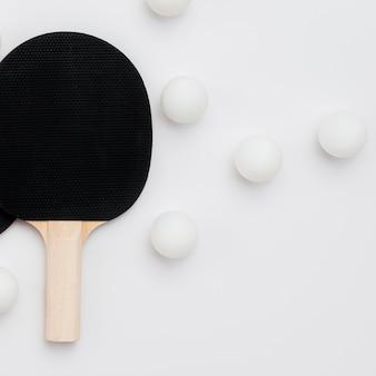 Disposizione piana delle sfere di ping-pong con la paletta
