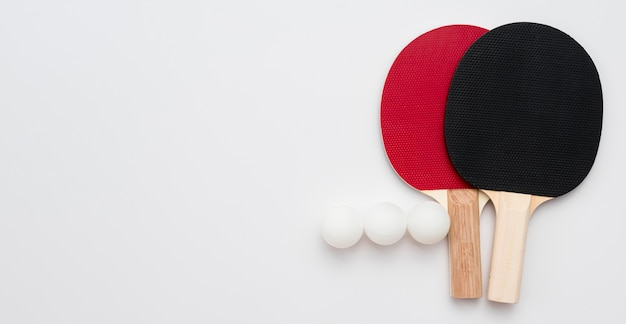 Disposizione piana delle sfere di ping-pong con le pagaie e lo spazio della copia