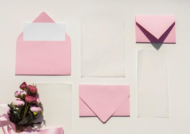 청첩장에 대 한 평면 누워 분홍색 봉투
