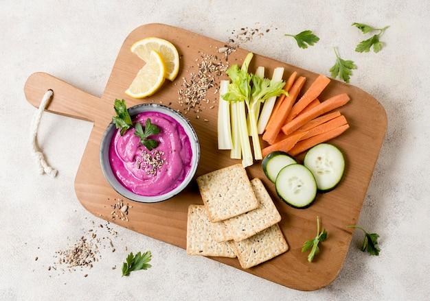 Piatto disteso di salsa rosa con verdure