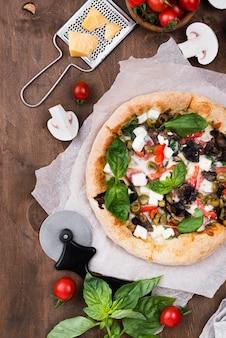 木製の背景にフラットレイアウトピザ