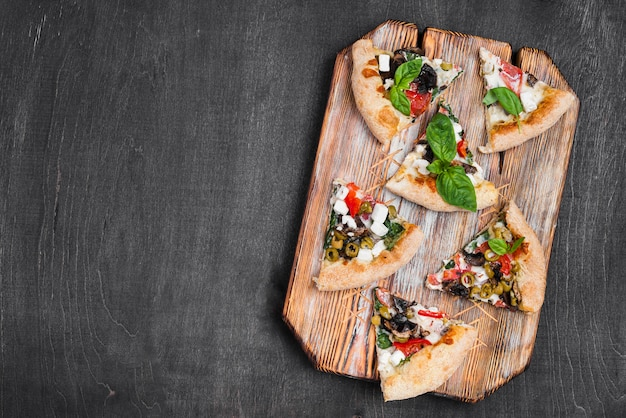 まな板の上のフラットレイアウトのピザのスライス