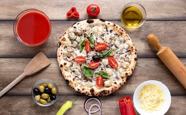 Плоская пицца с соусом
