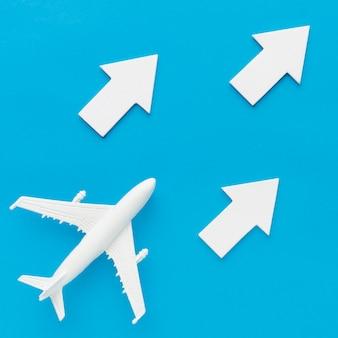 Disposizione piana dell'aereo seguendo le frecce bianche