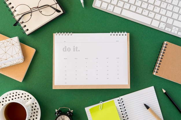緑の背景にフラットレイプランナーカレンダー