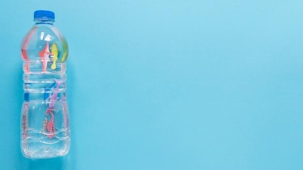Disposizione piana della bottiglia di plastica con lo spazio della copia