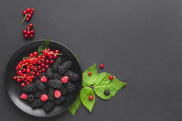 Плоская тарелка ягод с copyspace