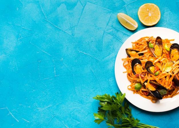 Плоская тарелка из мидий с макаронами