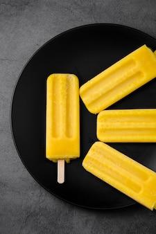 スティックにアイスクリームとフラットレイプレート