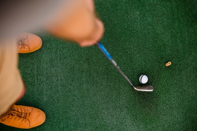 Flat lay player holding a club