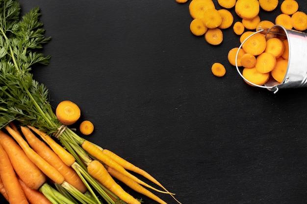 Disposizione di carote crude piatte
