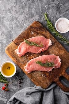 Piatto di laici concetto di carne cruda