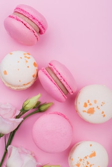 Piatto disteso di rose con macarons