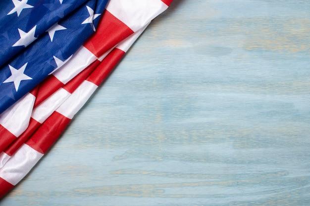 Плоский лежал помятый флаг сша с копией пространства