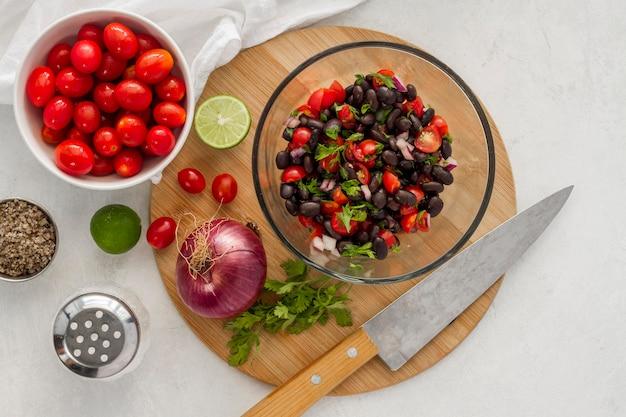 Плоский салат с черной фасолью и овощами