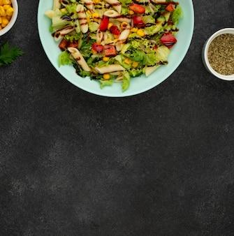 Плоский салат с курицей и бальзамическим уксусом с копией пространства