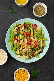 닭고기와 발사믹 식초를 곁들인 평평한 샐러드