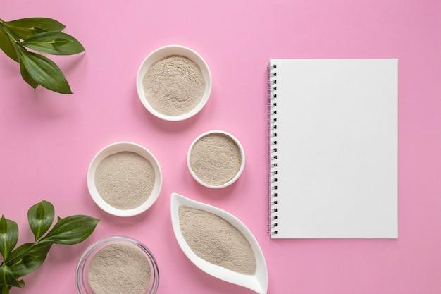 平らな砂とコピースペースのメモ帳