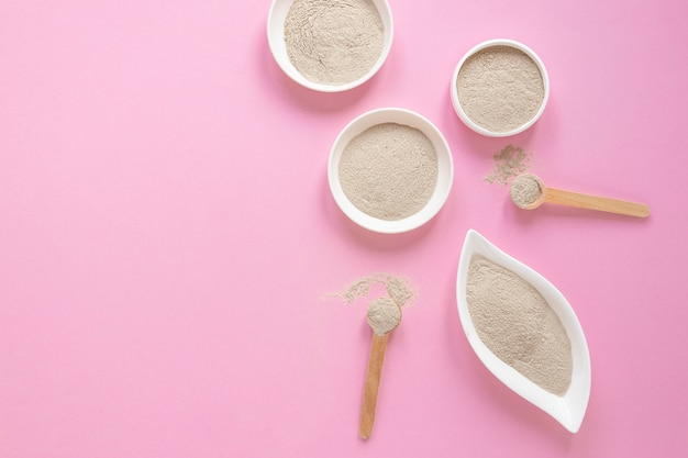 Плоский лежал песок на розовом фоне