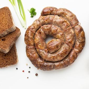 Salsicce piatte e disposizione del pane