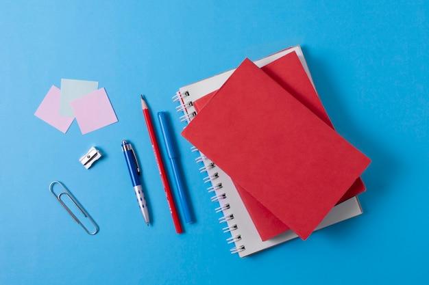 Assortimento di articoli per la scuola piatta