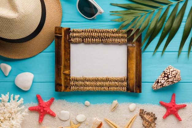 額縁とフラットレイアウト海辺組成 無料写真