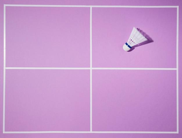 紫色の背景にフラットレイシャトルコック