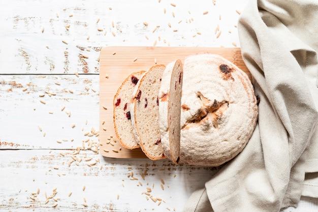Flat lay sliced bread on cutting board