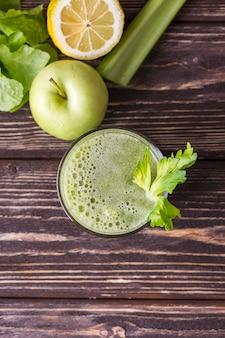 Bicchiere da frullato piatto con mela e insalata