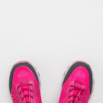 Lay piatto di sneaker con spazio di copia