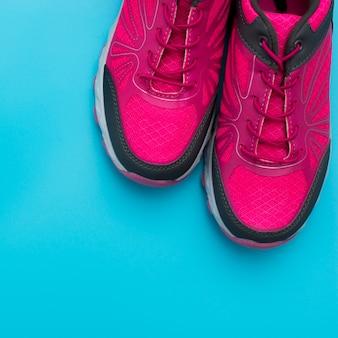 Lay piatto di scarpe da ginnastica con spazio di copia