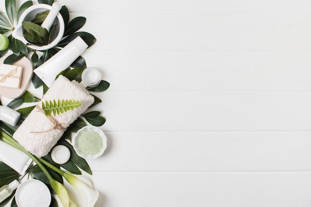 白い背景の上のフラットレイアウトスパ配置 Premium写真