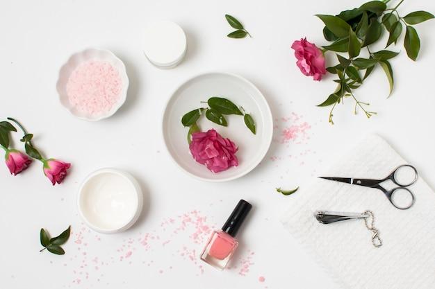 Concetto di spa piatto laico con smalto e rosa