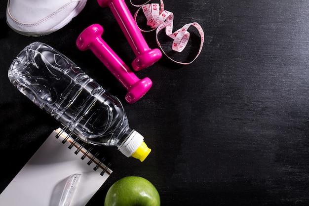 Dispositivo di piattaforma versatile di sport apparecchiatura di vita sana su priorità bassa vibrante scura. closeup con lo spazio di copia.