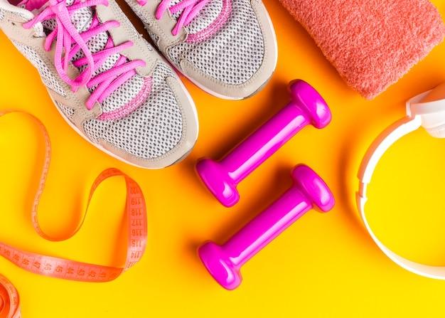 Articoli sportivi laici piatti con sfondo giallo