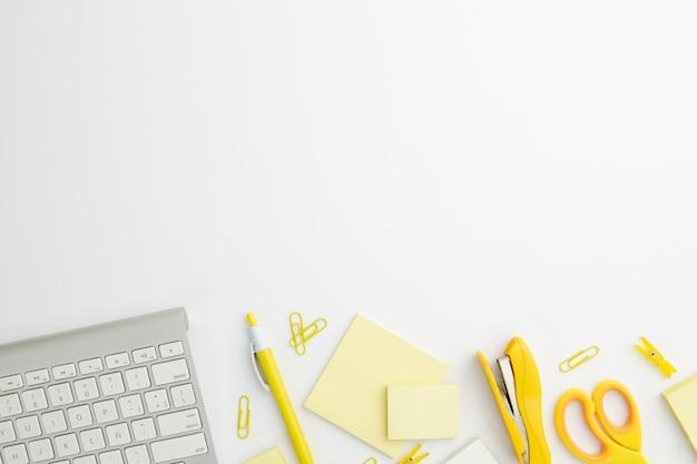 노란색 소모품이있는 책상에 평평한 고정 장치