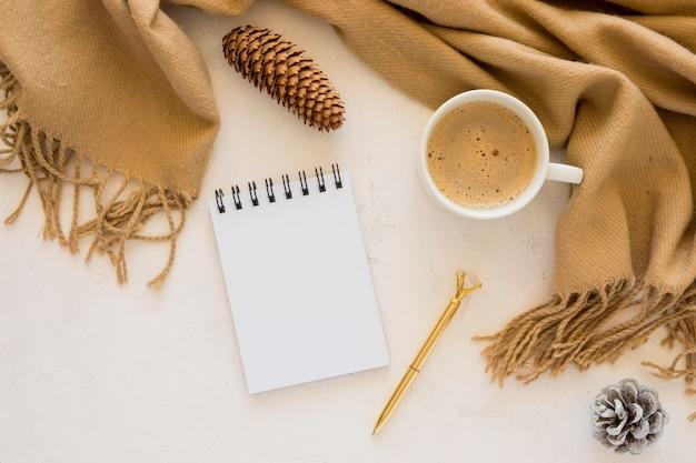 Плоские канцелярские принадлежности пустые бумаги и роскошный шарф