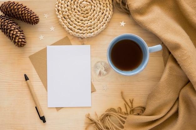 Плоские канцелярские принадлежности пустые бумаги с ручкой